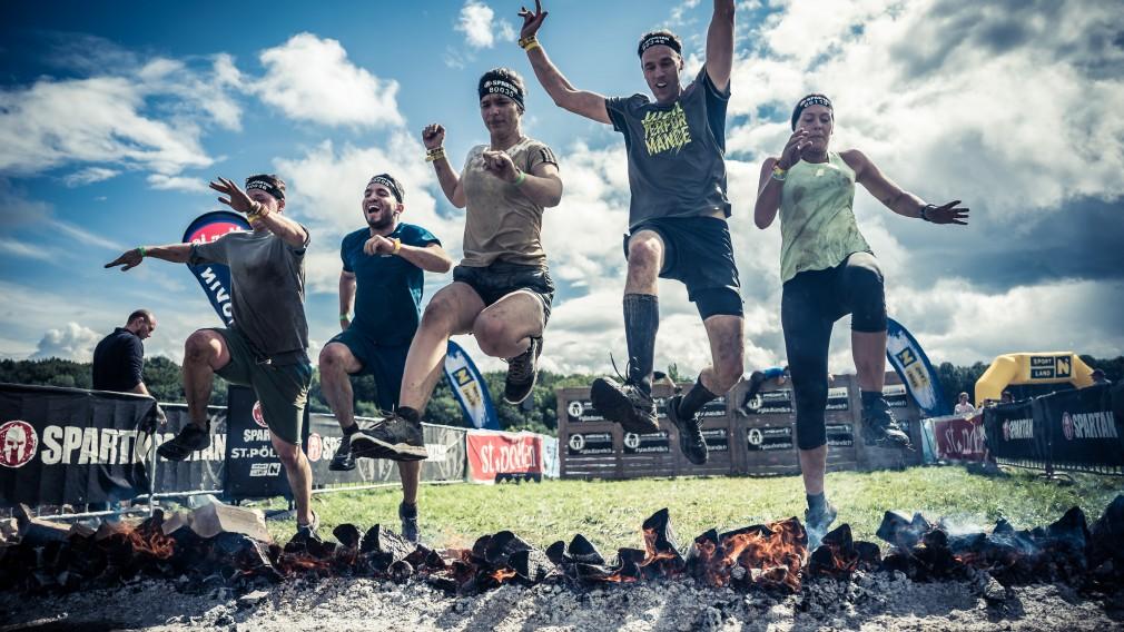 Fünf Personen überspringen ein Hindernis. (Foto: Sportograf)