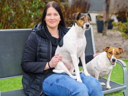 Frau mit zwei Hunden. (Foto: Bollwein)