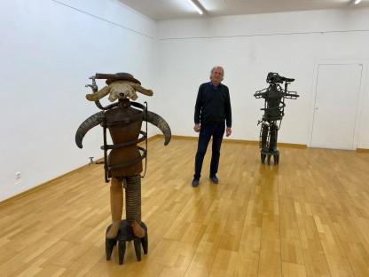 Daniel Spoerri mit zwei seiner Skulpturen im NÖ DOK Zentrum. (Foto: NÖ DOK Zentrum).