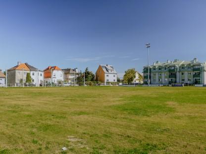 Der ehemalige Sturm 19 Fußballplatz, auf dem ab 2022 ein neuer Park entstehen soll. (Foto: Raumposition | E. Winter)