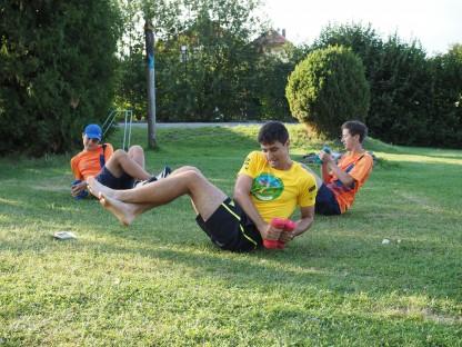 Drei junge Sportler sitzend auf Wiese bei Hanteltraining. (Foto: Haiderer/NÖN)