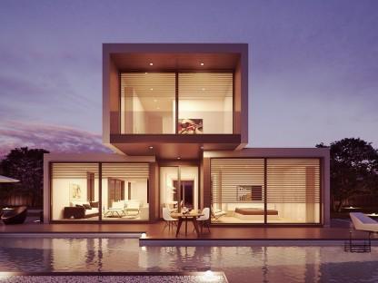 Ein modernes Wohnhaus mit großen Fensterfronten in der Dämmerung. (Foto: Pixabay_Giovanni_cg)