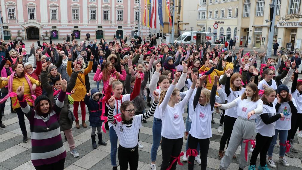 Tanzende Frauen und Mädchen am Rathausplatz. (Foto: Salam Al Mujmee)