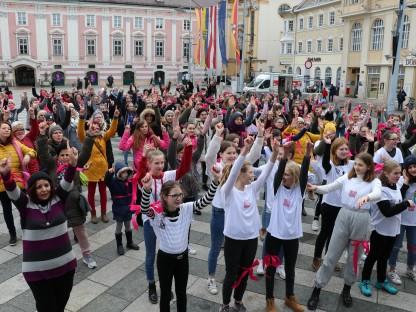 Mädchen und Frauen tanzend vor dem Rathaus. (Foto: Salam Mujmee)