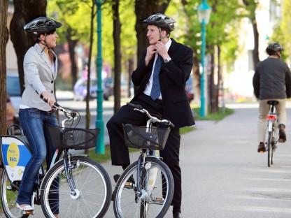 Symbolfoto Nextbike: Eine Frau und ein Mann auf Fahrrädern des Nextbike-Fahrradverleih-Systems. (Foto: Weinfranz)