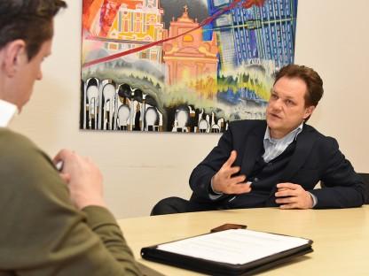 Stadtplaner DI Jens de Buck und Chefredakteur Mag. Michael Koppensteiner sitzen bei einem Tisch.(Foto: Josef Vorlaufer).