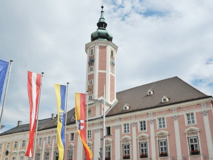 Das St. Pöltner Rathaus mit Fahnen als Symbolbild. (Foto: Josef Vorlaufer)