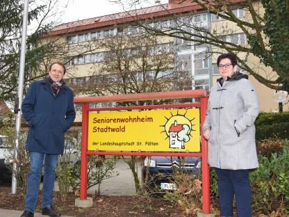 Bürgermeister Matthias Stadler steht mit der Leiterin Bettina Lahnsteiner vor dem städtischen Seniorenwohnheim Stadtwald (Foto: Josef Vorlaufer).