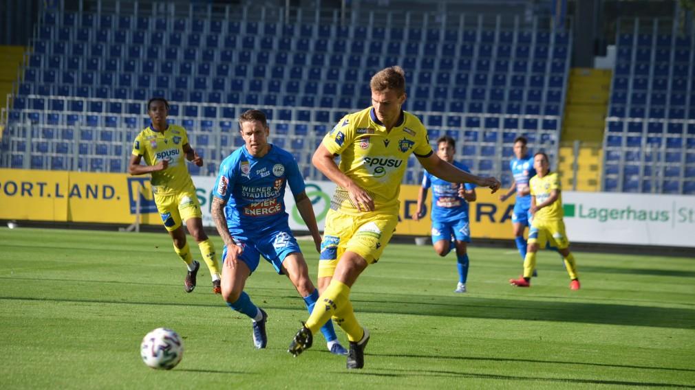Spieler des SKN St. Pölten am Fußballfeld. (Foto: Günter Mühlbacher)