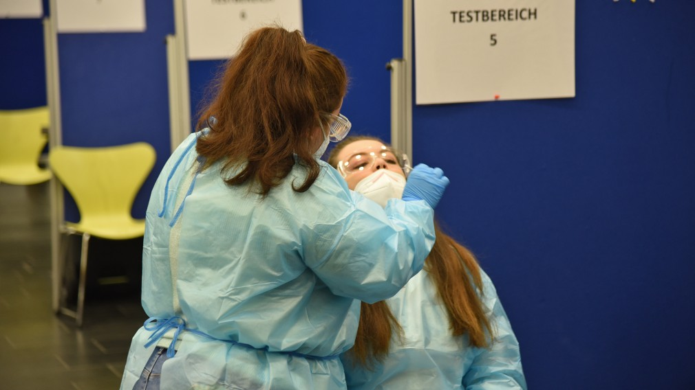 Eine Frau führt bei einer anderen Frau einen COVID-Antigen-Schnelltest durch. (Foto: Josef Vorlaufer)