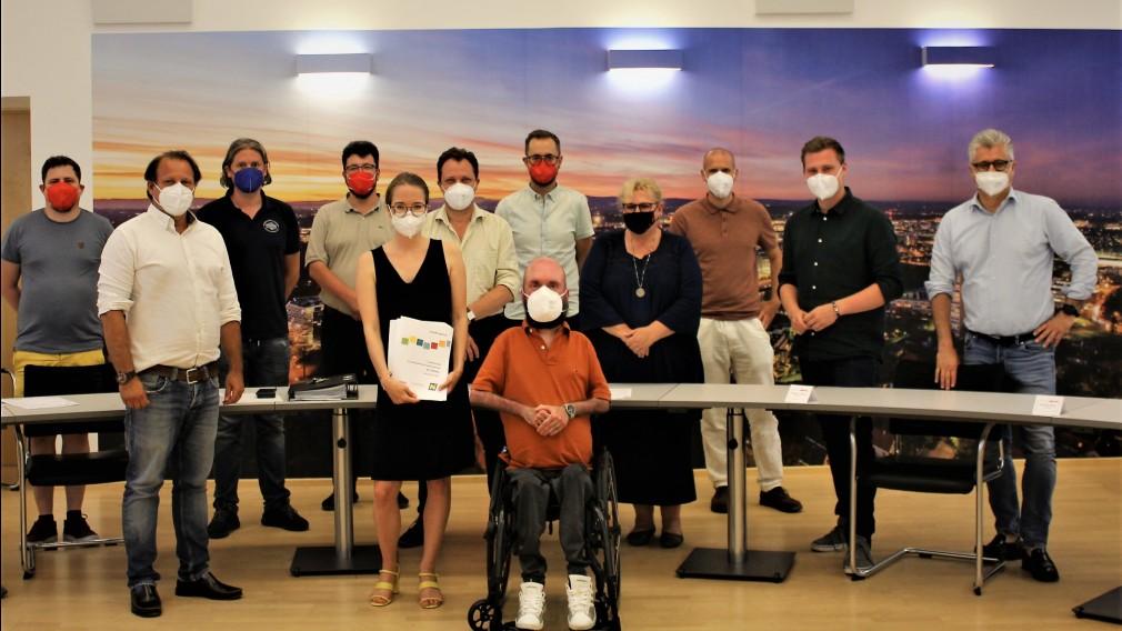 Zwölf Personen posieren für ein Gruppenbild in einem Besprechungssaal. (Foto: NÖ.Regional)