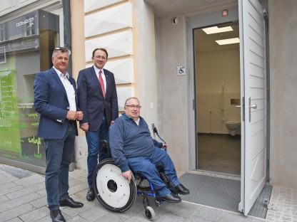 Geschäftsführer der Immobilien St.Pölten GesmbH & Co KG Martin Sadler und Bürgermeister Matthias Stadler besichtigten mit Josef Schoisengeyer, Obmann des Club 81 - Club für Behinderte und Nichtbehinderte, die neue barrierefreie Toilettenanlage für Menschen mit Behinderungen. (Foto: Josef Vorlaufer)