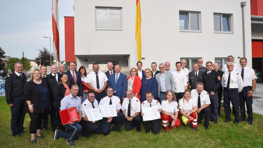 Eine Gruppe von Feuerwehrmitgliedern und Festgäste vor dem neuen Feuerwehrhaus in Viehofen. (Foto: Josef Vorlaufer)