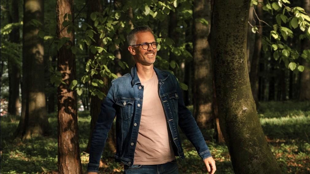 Martin Rotheneder posiert für ein Foto in einem Wald. (Foto: Christoph Haiderer)