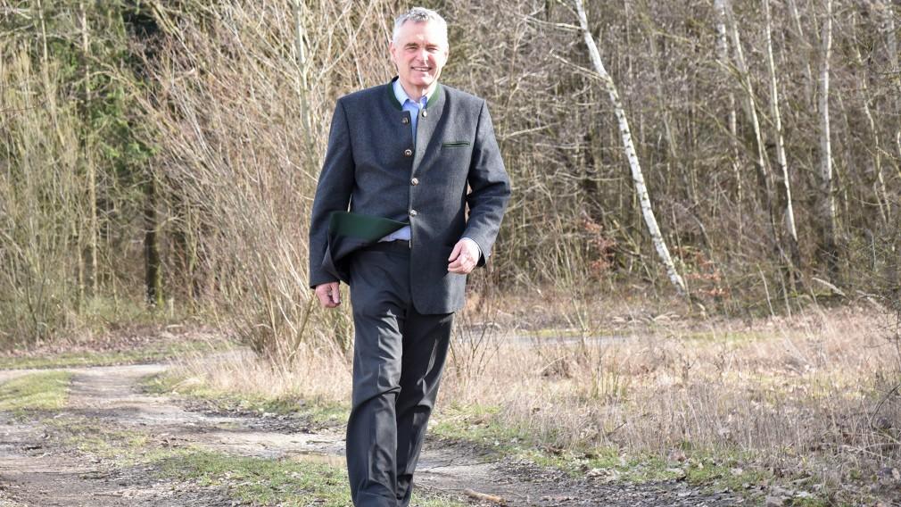Forstexperte Dominik Bancalari im Wald beim ehemaligen TÜPL Völtendorf. (Foto: Josef Vorlaufer)