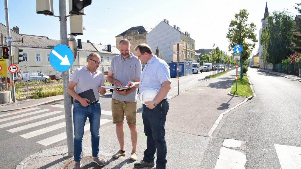 Wolfgang Lengauer (Baudirektor), Dieter Nusterer (zieritz + partner ZT Gmbh) und Christian Groissmaier (Baukoordinator) besprechen die geplanten Sperrungen. Foto: Josef Vorlaufer