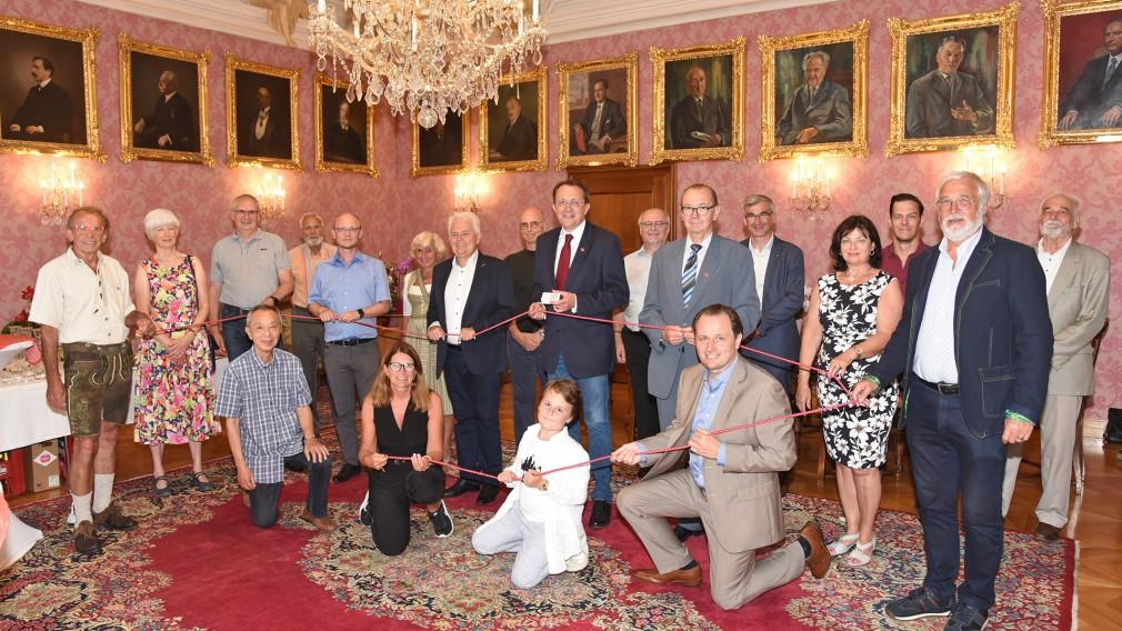 Die Mitglieder des Partnerstädtekomitee beim Empfang im Rathaus zum 20-jährigen Bestandsjubiläum. (Foto: Josef Vorlaufer)
