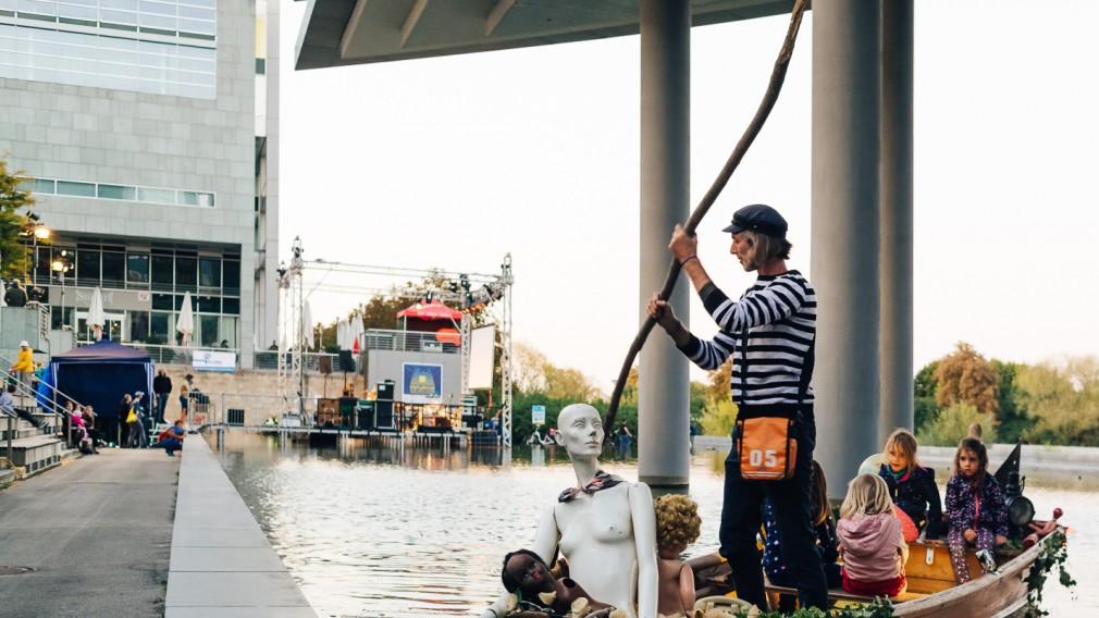 Mann im Boot mit Kindern.(Foto: Klaus Pichler.)