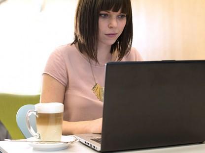 Frau sitzend mit Laptop. Foto: (Martin Lifka Photography.)