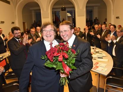 Bürgermeister Stadler und Vizebürgermeister Gunacker mit den applaudierenden Mandateren des St. Pöltner Gemeinderates. (Foto: Josef Vorlaufer)