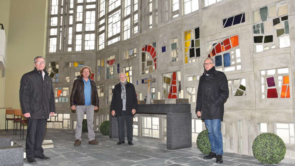 Andreas Wittmann von der Friedhofsverwaltung, Michael und Karl Knapp sowie Ing. Erwin Ruthner stehen vor dem frisch sanierten Ornament in der Aufbahrungshalle (Foto: Josef Vorlaufer)