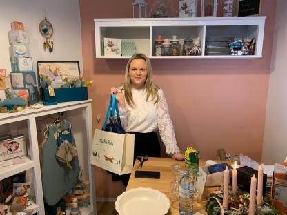"""Bianca Hirn in ihrem Laden """"meinwinzling"""" mit zahlreichen Waren für Kleinkinder. (Foto: meinwinzling)"""