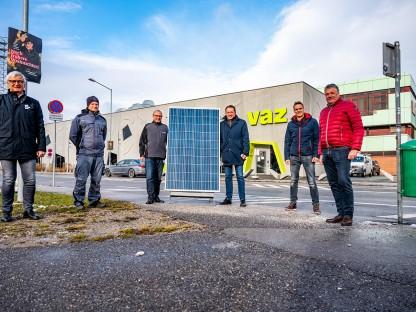 Sechs Herren vor dem VAZ mit einem Solarpanel der Photovoltaikanlage. (Foto: Arman Kalteis)