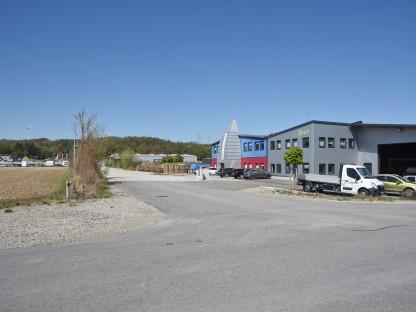 Blick auf Firmengebäude und Fahrzeuge. (Foto: Josef Vorlaufer)