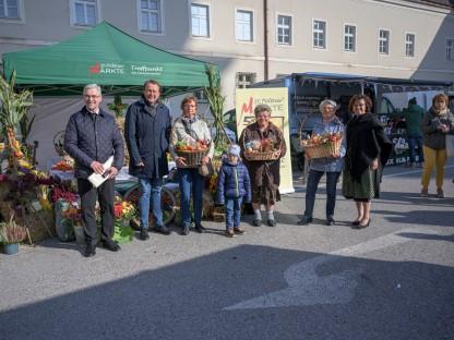 Zum Erntedank wurden Warenkörbe und Gutscheine auf den St. Pöltner Märkten verlost. (Foto: Arman Kalteis)