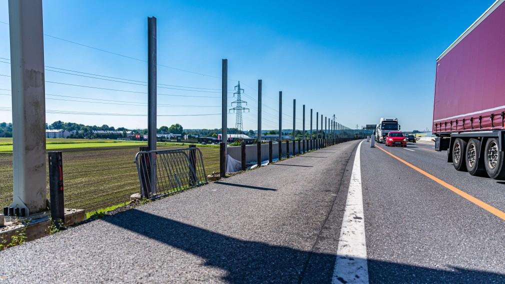 LKW fährt an der neuen Lärmschutzmauer vorbei. (Foto: Arman Behpournia).