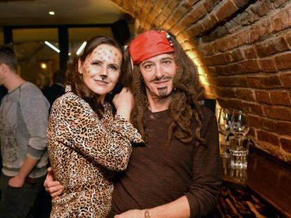 Eine Frau verkleidet als Raubkatze und ein Mann verkleidet als Pirat. (Foto: Tanja Wagner)