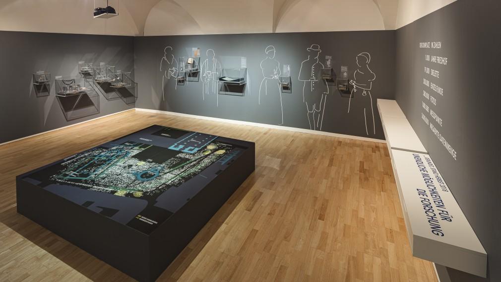 """Die Ausstellung """"Verstorben, begraben und vergessen? St. Pöltner Friedhöfe erzählen"""" im Stadtmuseum St. Pölten. (Foto: Peter Rauchecker)"""