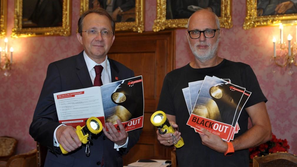 Sicherheitsbeauftragter Peter Puchner übergibt die ersten Blackout Broschüren an Bürgermeister Matthias Stadler. (Foto: Wolfgang Mayer).