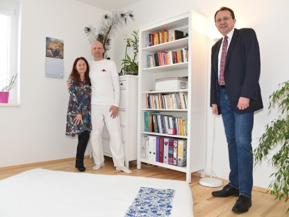 Shiatsu Praktiker Andreas Eckl-Marx mit seiner Frau Mirjam und Bürgermeister Matthias Stadler in der Praxis in St. Georgen. (Foto: Josef Vorlaufer).