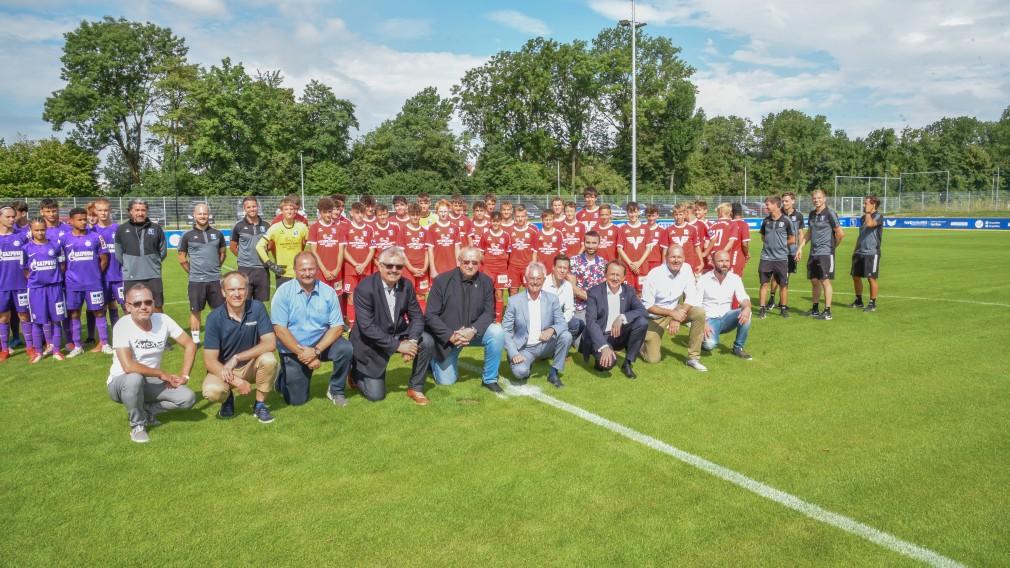 Ein Gruppenfoto bei der offiziellen Eröffnung der Stadtsportanlage.