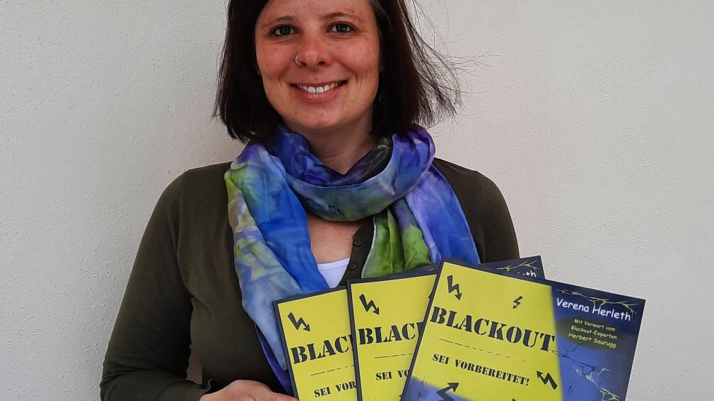 Verena Herleth zeigt ihr neues Erlebnisbuch. (Foto: Roland Gelsamm)