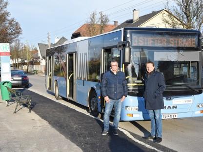 Der städtische LUP-Verantwortliche Mag. Peter Zuser und Bürgermeister Matthias Stadler stehen an der Haltestelle Austraße/Adolf Sedlacek-Gasse, im Hintergrund ein LUP-Bus (Foto: Josef Vorlaufer).