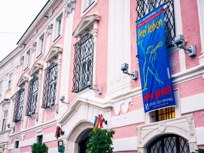 Fahne zur Aktion gegen Gewalt am Rathaus. (Foto: A. Kalteis)