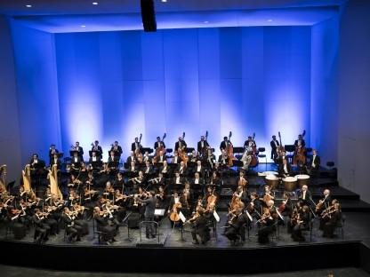 Das Tonkünstler-Orchester Niederösterreich bei einem Bühnenaufritt.