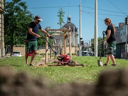 Petra Altendorfer und Daniel Brandtner bei der Bodenbearbeitung vor der Hesserkaserne. (Foto: OEBH Miesenboeck)