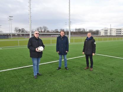 Drei Personen auf einem Fußballfeld. (Foto: Vorlaufer)