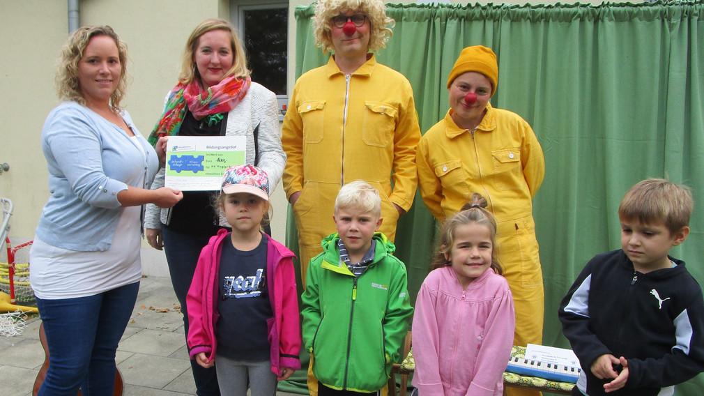 Manuela Marous (Kindergartenleiterin), Tatjana Fischer (Umweltschutz) und die beiden Darsteller Edouard Raix und Laura Nöbauer setzen sich für die Bienen ein. Foto: Ulrike Schlögl