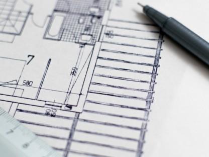 Blick auf Bauplanskizze daneben ein Stift und ein Lineal. (Foto: Pixabay)