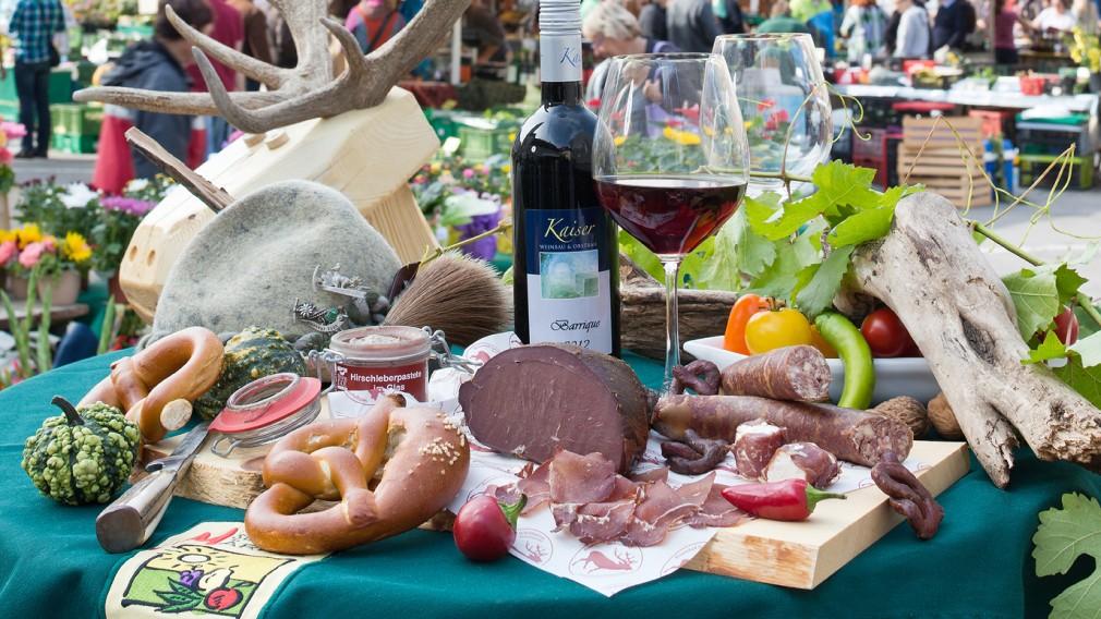 Wildspezialitäten auf einem gedeckten Tisch am St. Pöltner Markt. (Foto: Werner Jäger)