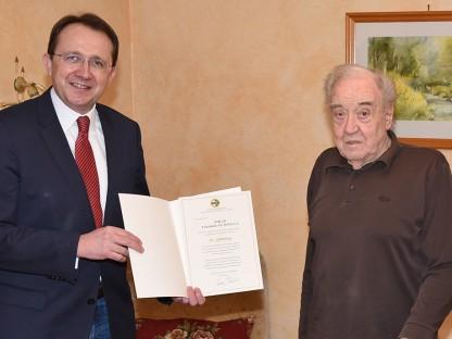 Bürgermeister Matthias Stadler gratulierte dem Ehrenringträger Fritz Schöggl zum 90er. (Foto: Josef Vorlaufer)