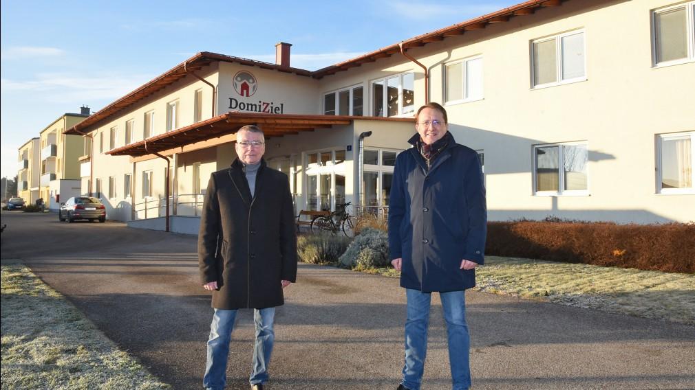 Zwei Personen vor dem Wohnheim in Spratzern. (Foto: Vorlaufer)