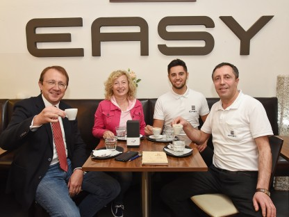 """Bürgermeister Matthias Stadler und Bundesrätin Eva Prischl gratulieren Azem und Embrli Ziberi zum Jubiläum """"15 Jahre Cafe Easy"""". (Foto: Josef Vorlaufer)"""