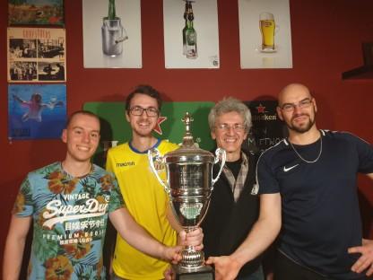 Tischfußballspieler halten den gewonnenen Pokal