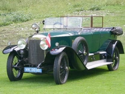 Ein Highlight beim 100 Jahr Jubiläum des Österreichischen Philatelistenverbandes - der Austro Daimler AD 6-17 aus dem Jahr 1922. Das dunkelgrüne Auto steht auf einer Wiese. Auf einem Scheinwerfer ist eine kleine Österreich Flagge befestigt. (Foto: VÖPh)