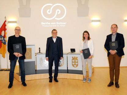 v.li.n.re: Christoph Muuß, Prof. Dr. Peter Pantuček-Eisenbacher (Rektor), Katharina Batinic, Manfred Haidl (Foto: Andrea Reischer)